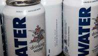 Partida especial. La tanda de 410.000 latas contendrán agua como forma de asistencia a las ciudades afectadas por el huracán.