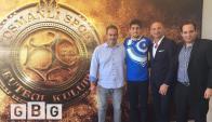 Santiago Mele junto al vicepresidente del club y sus representantes.