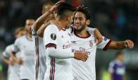 Hakan Calhanoglu festejando el gol del Milan. Foto: Reuters