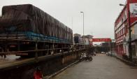 Decenas de camiones boquearon varias horas en el puente binacional. Foto: Néstor Araújo