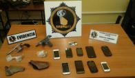 El hombre tenía nueve celulares, un revolver calibre 32  y una pistola calibre 22. Foto: Ministerio del Interior