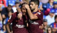 Luis Suárez felicitando a Paulinho por el gol. Foto: AFP