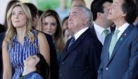 Temer y su esposa observan el despliegue aéreo en Brasilia. Foto: Reuters