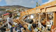 Un habitante de las Islas Vírgenes estadounidenses observa los daños de Irma. Foto: Reuters