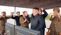 El líder norcoreano y los mandos militares celebran el lanzamiento del último misil. Foto: AFP