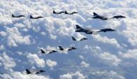 Cazas surcoreanos F-15K, bombarderos estratégicos B-1B estadounidenses y cazas F-35B . Foto: EFE