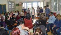 Consejero de Primaria, Héctor Florit con padres de alumnos y maestros de la Escuela N° 65. Foto: V. Rodríguez