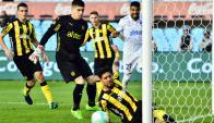 Casi gol. Ramón Arias salvó un gol hecho. O casi. Cuano parecía que la pelota enviada por Rodrigo Aguirre se metía, el zaguero llegó y estiró su pierna zurda para sacarla en la línea. Fue a los 55'. Foto: Gerardo Pérez