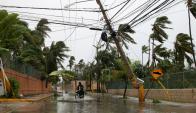Las calles quedaron inundadas y los cables de luz caídos. Foto: Reuters
