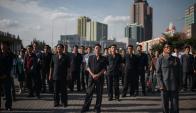 Ciudadanos de Corea del Norte siguen el discruso de Kim- Jong-un, a través de una pantalla. Foto: AFP