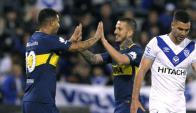 El saludo entre Edwin Cardona y Darío Benedetto tras el gol de Boca. Foto: AFP