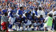 Los Buffalo Bills arrodillados durante el himno nacional de Estados Unidos previo al duelo contra Denver Broncos. Foto: Reuters