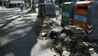 Los escombros le dificultan la circulación a los peatones. Foto: M. Bonjour