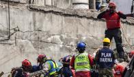 Rescatistas en acción. Foto: AFP