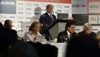 El intendente de Montevideo disertó ayer ante una nutrida platea de empresarios y políticos. Foto: F. Ponzetto