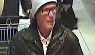 Las imágenes de la cámara de seguridad de un supermercado registran al delincuente. Foto:EFE