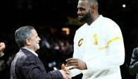 Dan Gilbert, propietario de los Cavaliers, y LeBron James