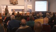 Directores de UTE y Areaflin mostraron el estudio contable a un auditorio lleno. Foto: F. Flores