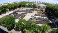 Aguada: son miles las motos abandonadas en la manzana de Paraguay, Panamá, Rondeau y Guatemala, frente a la torre de Antel. Foto: F. Ponzetto