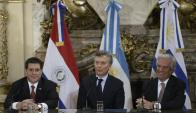 Horacio Cartes, Mauricio Macri y Tabaré Vázquez. Foto: AFP