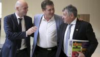 Presidentes. Gianni Infantino, Alejandro Domínguez y Wilmar Valdez. Foto: Reuters