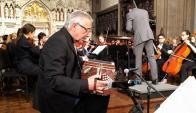 El maestro Raúl Jaurena y jóvenes músicos de lña InterSchool Orchestras de New York. Foto: Consulado de Uruguay en NY