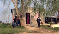 La Policía llega a la casa donde fue encontrado el cuerpo. Foto: F. Ponzetto