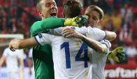 Jugadores de Islandia festejando la victoria amplia ante Turquía