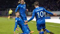 El festejo de Johann Berg Gudmundsson con Birkir Bjarnason y Gylfi Sigurdsson. Islandia está en el Mundial. Foto: AFP