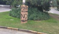 El empresario puso carteles en la vía pública para denunciar el no pago por parte de Porto Seguro. Foto: Irene Núñez.