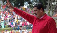 Nicolás Maduro saluda a sus simpatizantes. Foto: AFP
