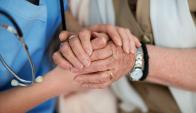 Instan a la población a solicitar cuidadores para atender a enfermos terminales. Foto: Shutterstock