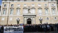 El presidente catalán, Carles Puigdemont, encabezó ayer martes una protesta por el envío a prisión el lunes de los líderes secesionistas Sánchez y Cuixait. Foto: AFP