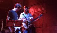 Versus, una banda de covers, canta en El Tartamudo