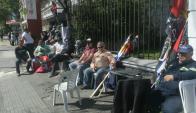 Trabajadores del Sindicato del Gas encadenados frente a la Embajada de Brasil. Foto: Francisco Flores.