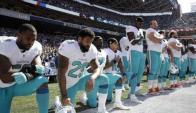 Algunos jugadores de color de la NFL han decidido hincarse al entonarse el Himno y esto ha generado diferencias.