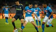 Matías Vecino disputa el balón con Marek Hamsik en el Napoli-Inter. Foto: Reuters