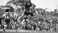 Javier Ambrois salta buscando el centro que quedó en las manos del arquero paraguayo. Pese a esa derrota, hubo una posibilidad más de clasificar y fue rechazada por la AUF. Foto: archivo El País.