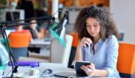 Casi una de cada cinco mujeres uruguayas de entre 20 y 24 años estudian y trabajan. Foto: Shutterstock