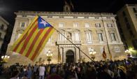 Partidarios de la independencia frente a la sede del gobierno regional. Foto: EFE