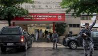 Policía custodia la entrada del hospital a donde fue llevada la turista. Foto: AFP