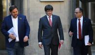Puigdemont junto al presidente del Parlamento catalán, Carme Forcadell y su consejero Jordi Turull. Foto: Reuters