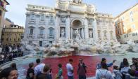 Tiñen de rojo la Fontana di Trevi. Foto: EFE