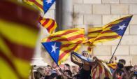Miles de partidarios de la independencia de Cataluña salieron a festejar la declaración. Foto: EFE