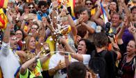 Partidarios de la Independencia celebrando con champagne ayer frente al Parlamento. Foto: Reuters