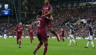 Raheem Sterling y Kyle Walker festejando el gol de Manchester City. Foto: AFP