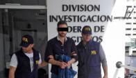 Esposado: Leandro Santos detenido por la Policía Federal del vecino país. Foto: Policía Federal Argentina