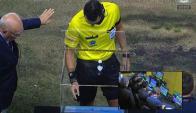 Los árbitros utilizando el VAR. Foto: Captura de TV.