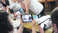 El 70% de los adultos mayores dijo que la tecnología los ayudó a estar informados. Foto: Nicolás Celaya