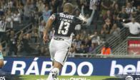 Carlos Sánchez iniciando el festejo de su segundo gol